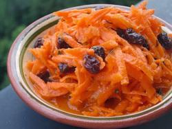 Оригинальный салат с изюмом