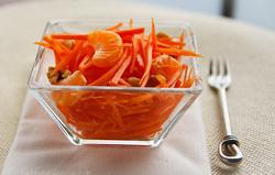 Морковный салат с фруктами и орехами