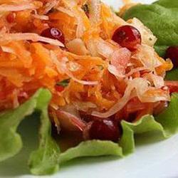 Тыквенный салат с яблоком и клюквой